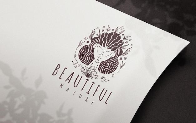 Perspectiva de papel curvado con maqueta de logotipo de sombras de flores