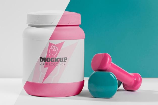 Pesas de maqueta de fitness y signo de rayo en botella de proteína