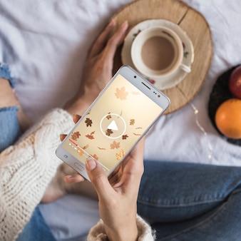 Pessoa, cama, olhar, smartphone, outono, conceito