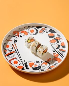 Piatto con deliziosi involtini di sushi