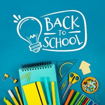 Piatto disteso a scuola con sfondo blu