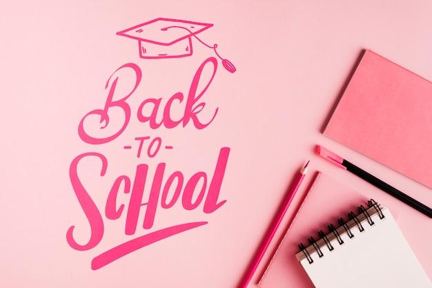 Piatto disteso a scuola con sfondo rosa