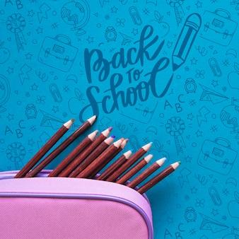 Piatto disteso all'evento scolastico con le matite in una scatola