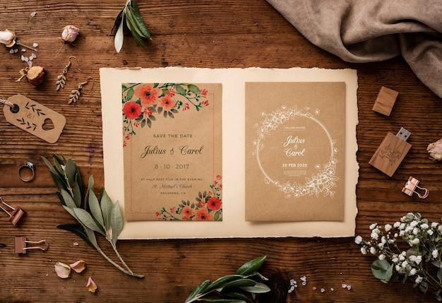 Piatto disteso bellissimo assortimento di elementi di nozze con invito mock-up
