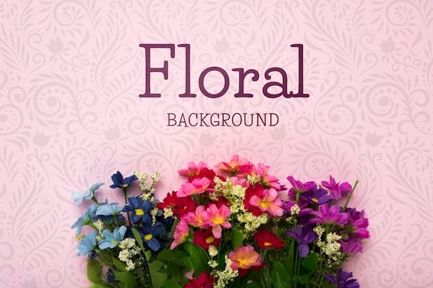 Piatto disteso di fiori primaverili colorati