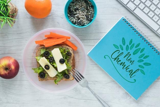 Piatto lay di cibo sano con blocco note mockup