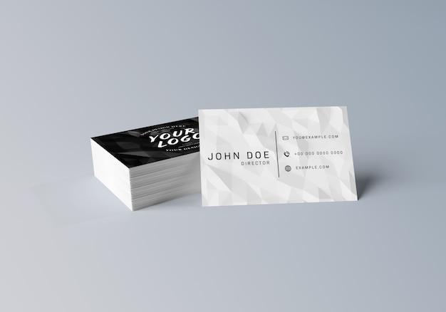 Pila bianca del biglietto da visita su superficie grigia