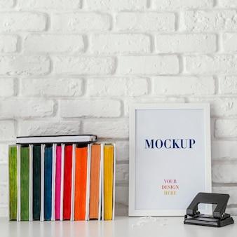 Pila de libros con marco de maqueta
