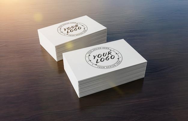 Pila de tarjetas blancas sobre superficie de madera, maqueta de marca