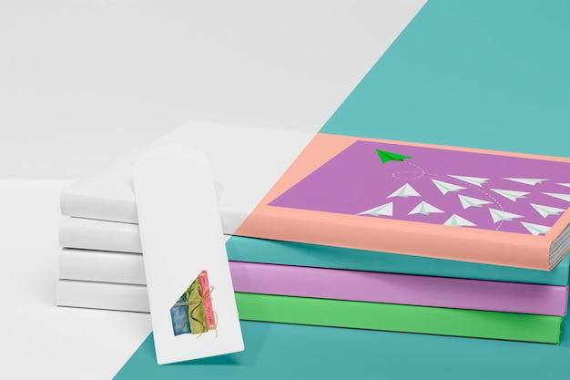 Pila de vista frontal de maqueta de libros con marcador