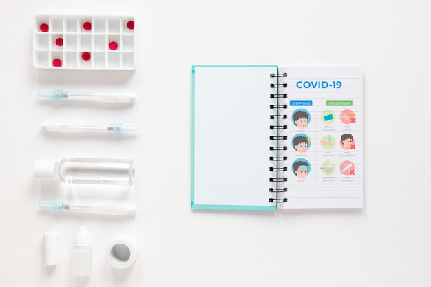Pillen naast notebook