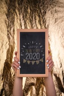 Pizarra de madera enmarcada para fiesta de año nuevo 2020