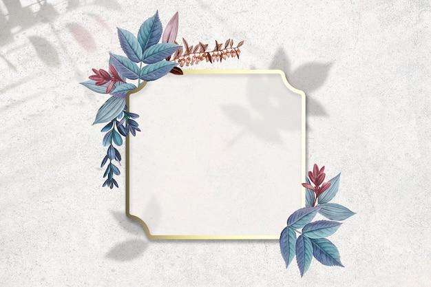 Placa decorada con hojas.