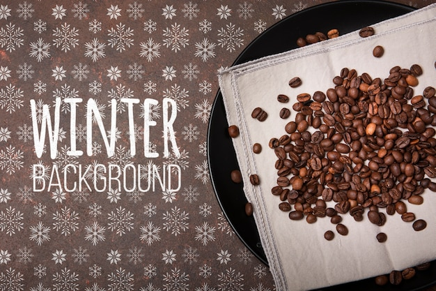 Placa con granos de café y fondo de invierno