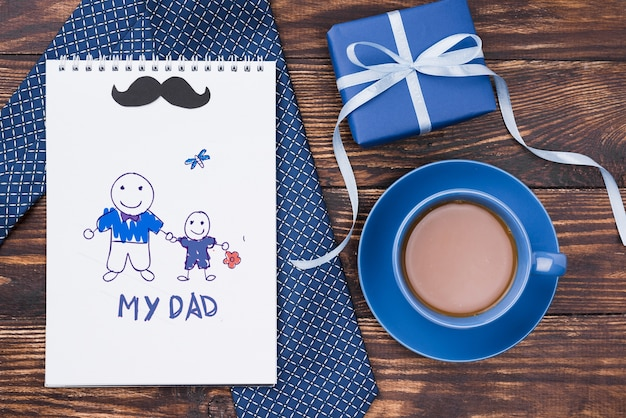 Plano de bloc de notas con corbata y café para el día del padre