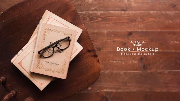 Plano de libros con gafas