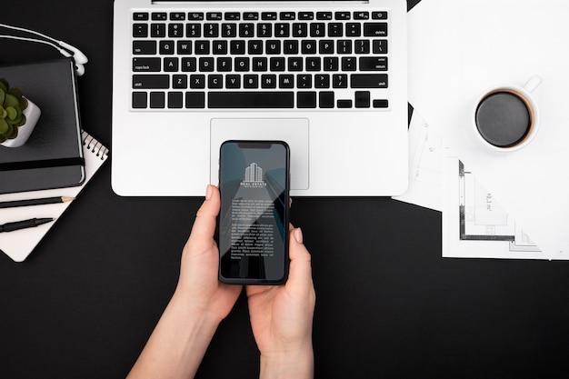 Plano de manos sosteniendo un teléfono inteligente