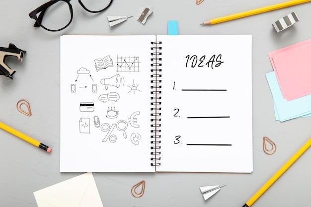 Plano de la superficie del escritorio con bloc de notas con lápices