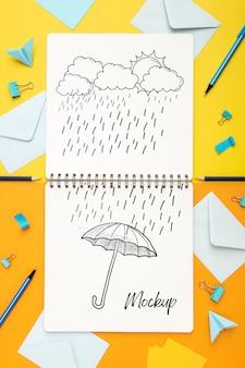 Plano de la superficie del escritorio con bloc de notas y lápices