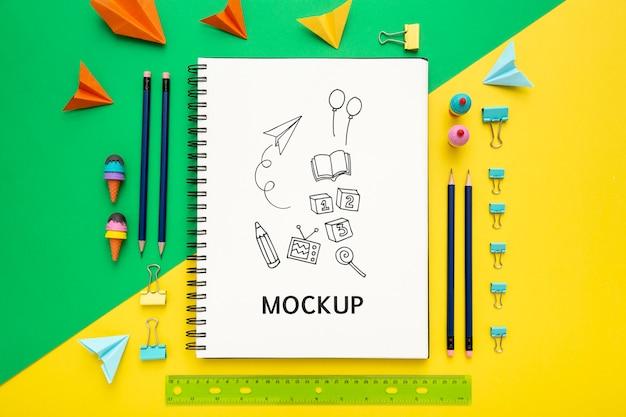 Plano de la superficie del escritorio con bloc de notas y regla
