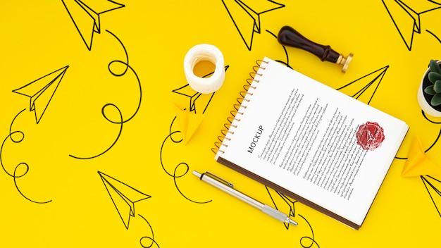 Plano de la superficie del escritorio con bloc de notas y sello
