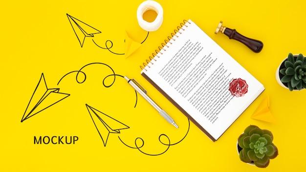 Plano de la superficie del escritorio con bloc de notas y suculentas
