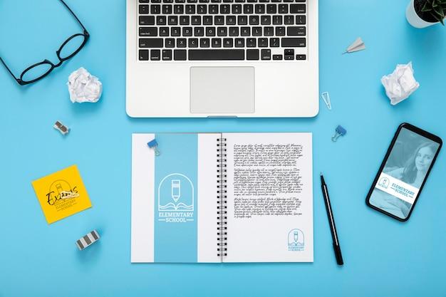 Plano de la superficie del escritorio con computadora portátil y teléfono inteligente