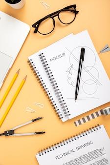Plano de la superficie del escritorio con cuaderno y gafas