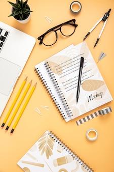 Plano de la superficie del escritorio con cuadernos y suculentas