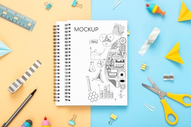 Plano de la superficie del escritorio con cuadernos con tijeras