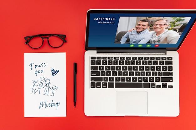 Plano de la superficie del escritorio con laptop y bolígrafo