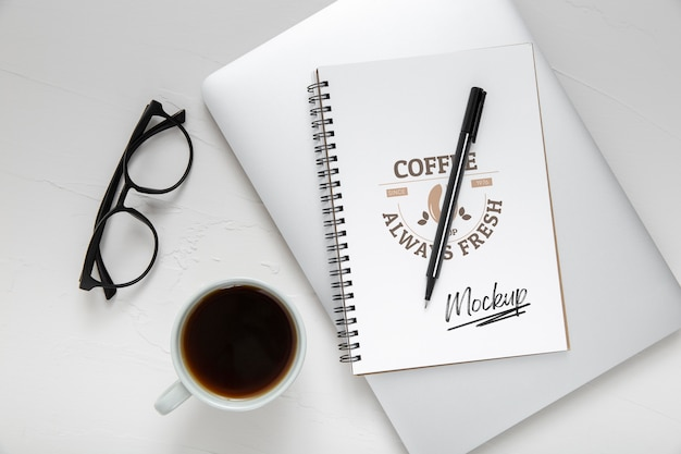 Plano de la superficie del escritorio con libreta y bolígrafo