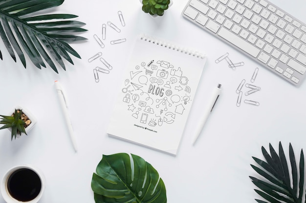 Plant koffie toetsenbord en notebook mock-up