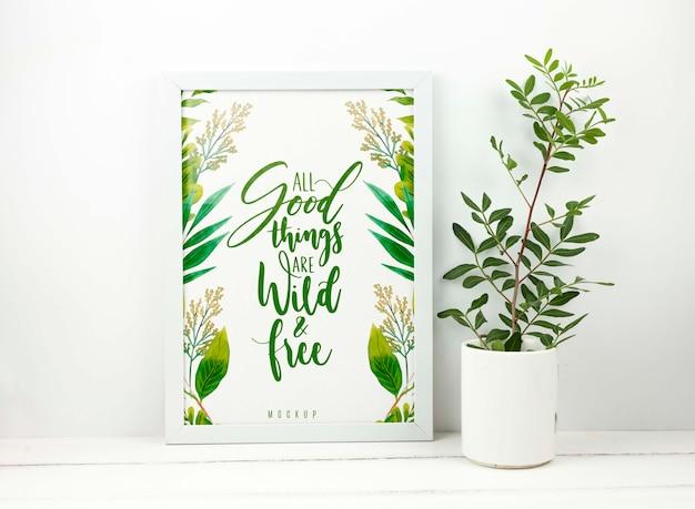 Plant naast frame mockup
