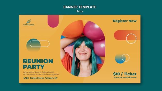 Plantilla de banner para celebración de fiestas con mujer y globos
