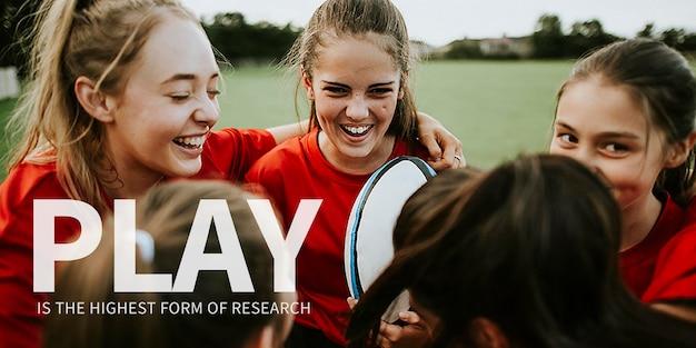 Plantilla de banner de cita inspiradora psd con fondo de equipo de rugby de chica