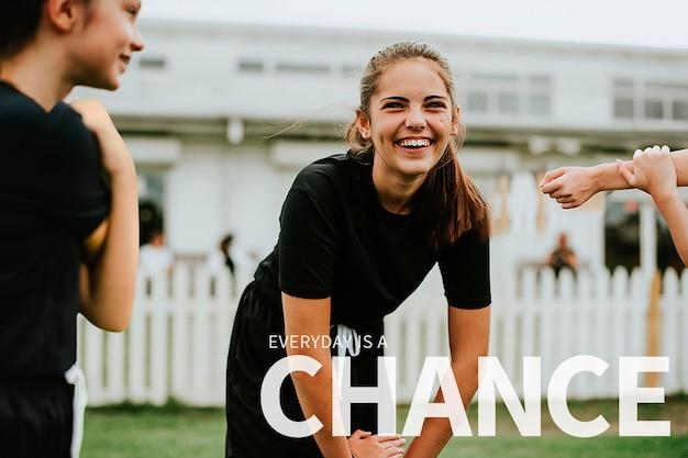 Plantilla de banner de cita inspiradora psd con fondo de niña deportiva feliz