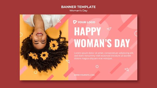 Plantilla de banner de feliz día de la mujer con mujer con flor en el pelo