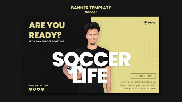 Plantilla de banner para fútbol con jugador masculino.