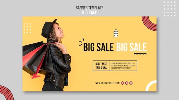 Plantilla de banner para gran venta con mujer y bolsas de compras.