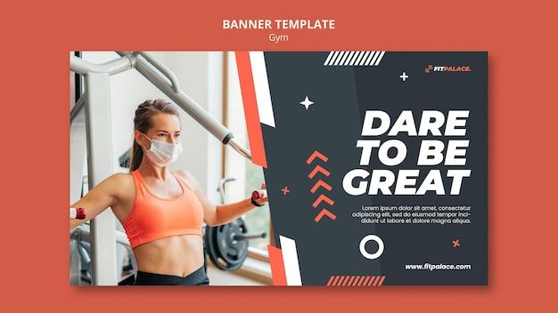 Plantilla de banner horizontal para entrenamiento de gimnasio con mujer con máscara médica