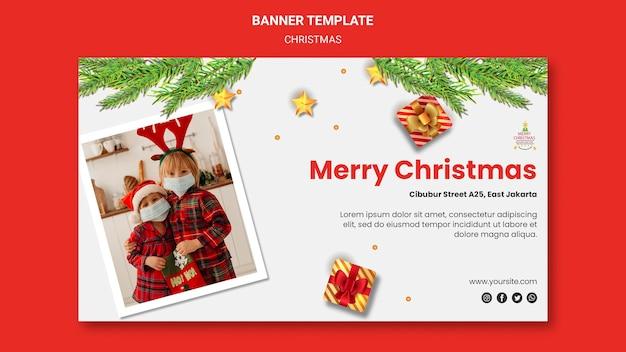 Plantilla de banner horizontal para fiesta de navidad con niños con sombreros de santa