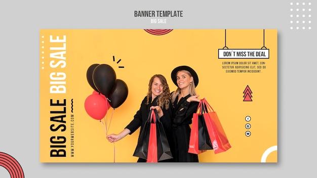 Plantilla de banner horizontal para gran venta con mujeres y bolsas de compras.