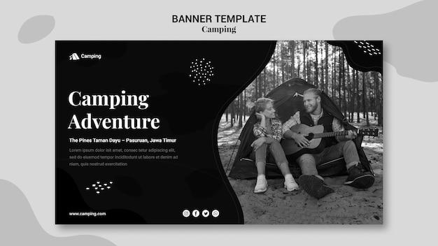 Plantilla de banner horizontal monocromo para acampar con pareja