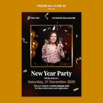 Plantilla de cartel para fiesta de año nuevo con mujer y confeti.