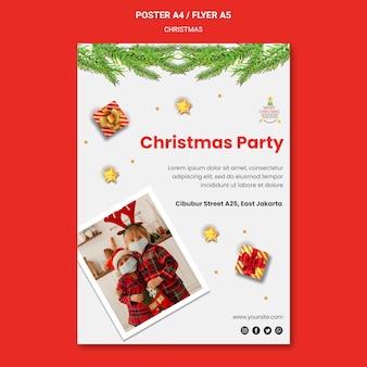 Plantilla de cartel para fiesta de navidad con niños con gorros de santa