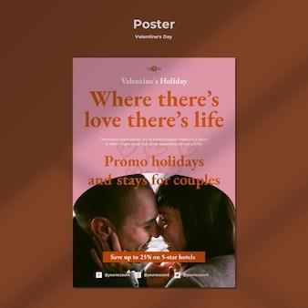 Plantilla de cartel con pareja romántica
