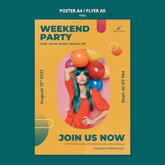 Plantilla de cartel vertical para celebración de fiestas con mujer y globos
