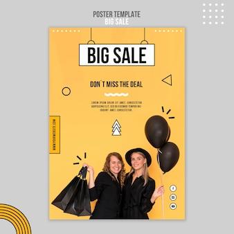 Plantilla de cartel vertical para gran venta con mujeres y bolsas de compras.