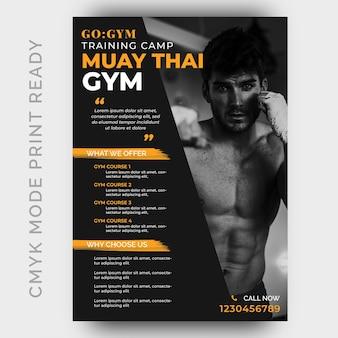 Plantilla de diseño de flyer de muay thai fitness gym